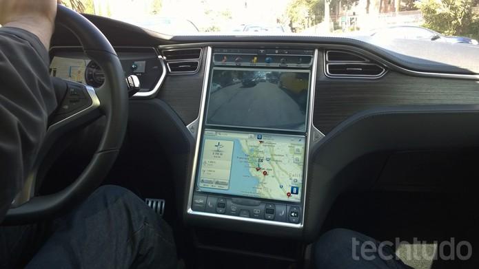 Tela conta com câmera de ré e GPS com localização de pontos de interesse do motorista (Foto: Isadora Díaz/TechTudo)