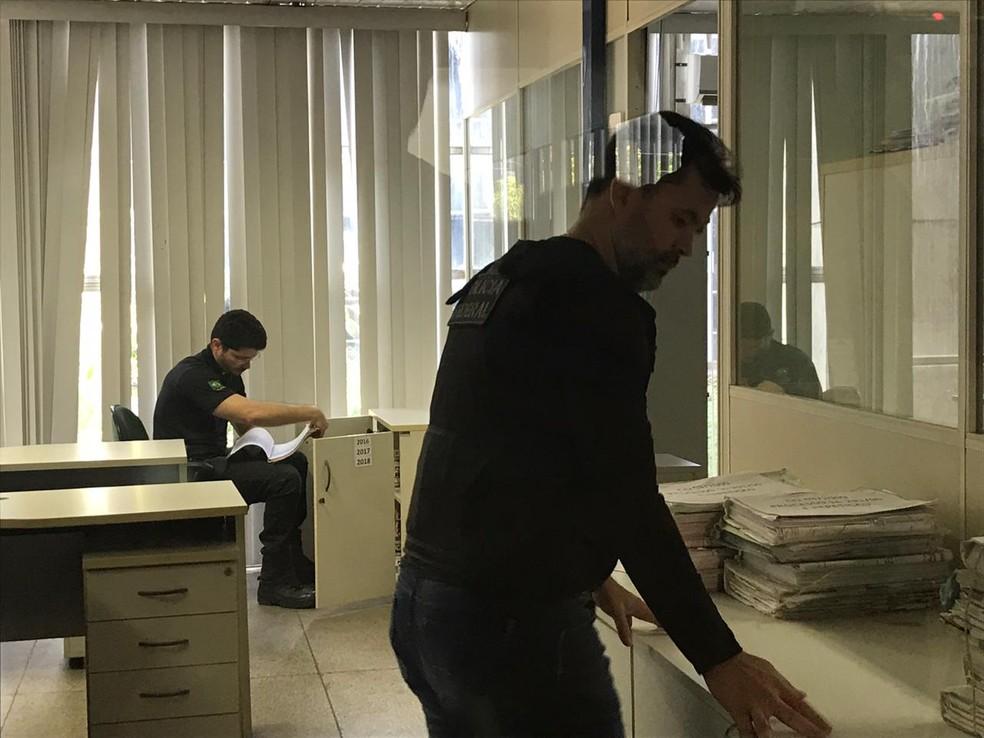 Policiais federais procuram documentos na Seinfra, em Teresina — Foto: Lorena Linhares/G1