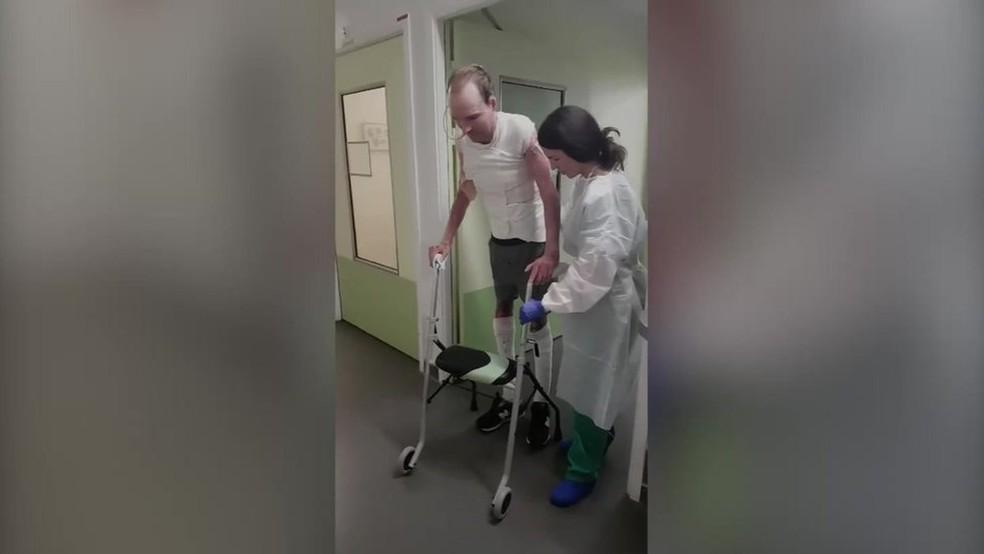 No início de 2017, Franck deu seus primeiros passos após os implantes (Foto: BBC)