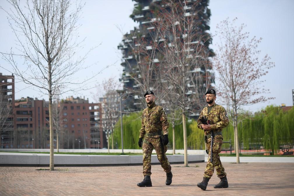Militares patrulham ruas de Milão, na Itália, nesta sexta-feira (20), dia de isolamento por causa do novo coronavírus — Foto: Daniele Mascolo/Reuters