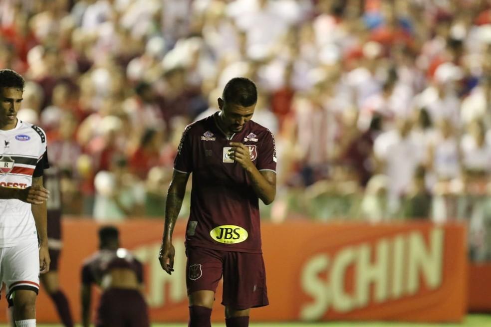 Kieza rompeu o ligamento do tornozelo — Foto: Aldo Carneiro/ Pernambuco Press