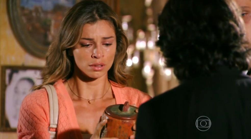 Ester (Grazi Massafera) fica arrasada ao receber os supostos restos mortais de Cassiano, em 'Flor do Caribe' — Foto: Globo