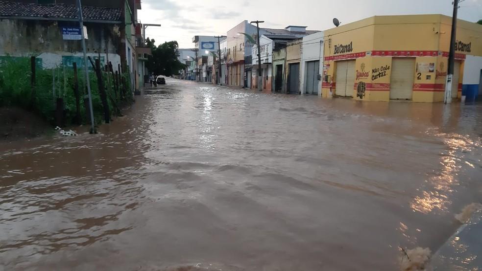 Com a chuva da madrugada, as ruas próximas ao canal ficaram alagadas — Foto: Lorena Tavares/SVM