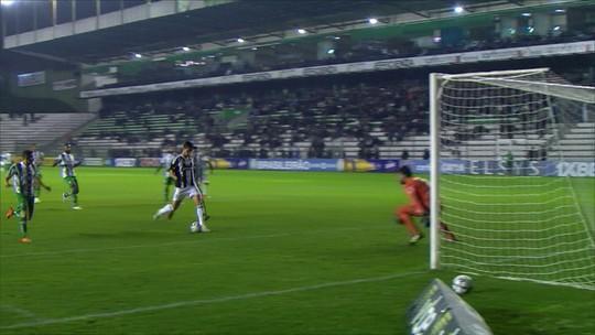 Inacreditável FC: Henan perde gol incrível, na pequena área, livre de marcação; assista