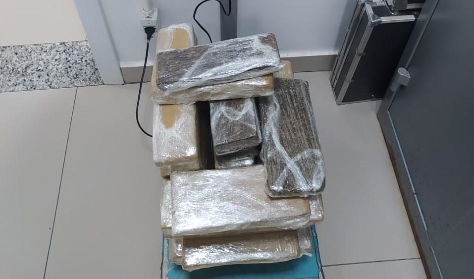 PRF encontra drogas em carro de aplicativo, e passageira é presa suspeita de tráfico, em Cascavel