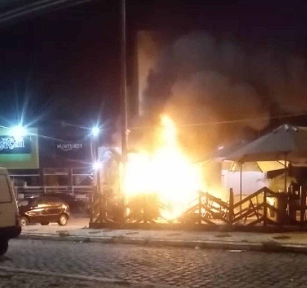 Chamas atingiram o trailer de lanches na Zona Sul de Natal — Foto: Reprodução/Redes Sociais