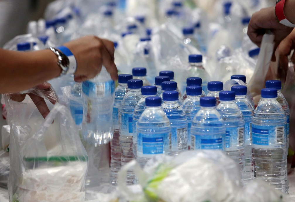 Sacolas de plástico e garrafas distribuídas durante evento em Singapura, em 28 de abril  — Foto: Feline Lim/ Reuters