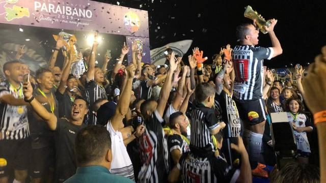 Capitão Marcos Aurélio ergue a taça de campeão paraibano
