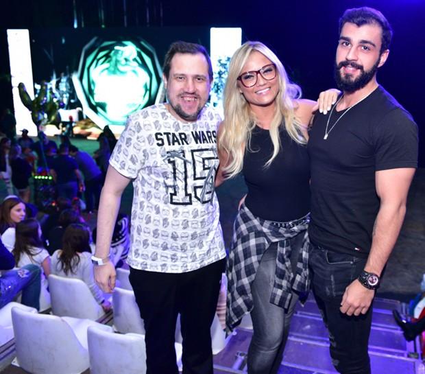 Ellen Rocche entre um amigo e o namorado, Rogério Oliveira (Foto: Leo Franco/AgNews)