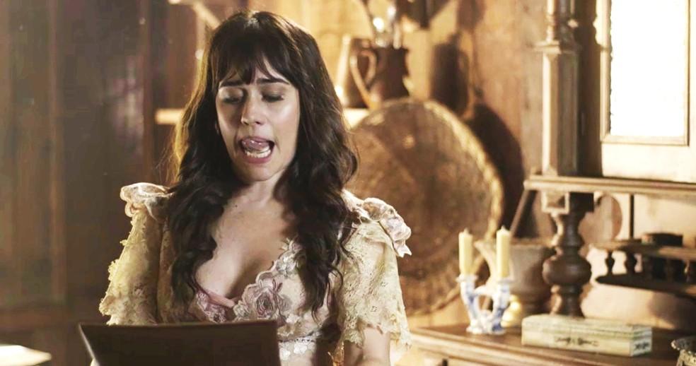 Susana consegue pegar a pasta com as provas que incriminam Elisabeta na confusão da fábrica  (Foto: TV Globo)