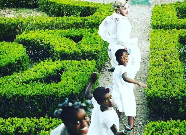 """Madonna e os filhos em seu """"jardim secreto"""" em Lisboa (Foto: Reprodução )"""