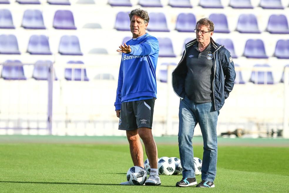 Renato ao lado do vice de futebol Odorico Roman durante o treino (Foto: Lucas Uebel/Divulgação Grêmio)