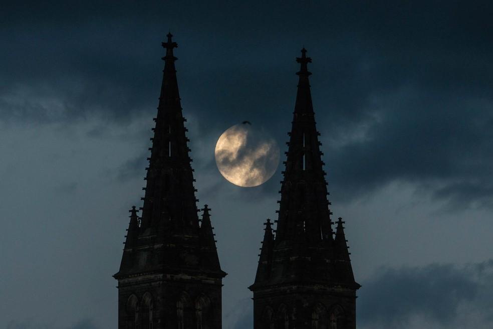 Superlua vista entre as torres da Basílica de São Pedro e São Paulo, em Praga, na noite deste 25 de maio. — Foto: Michal Cizek / AFP