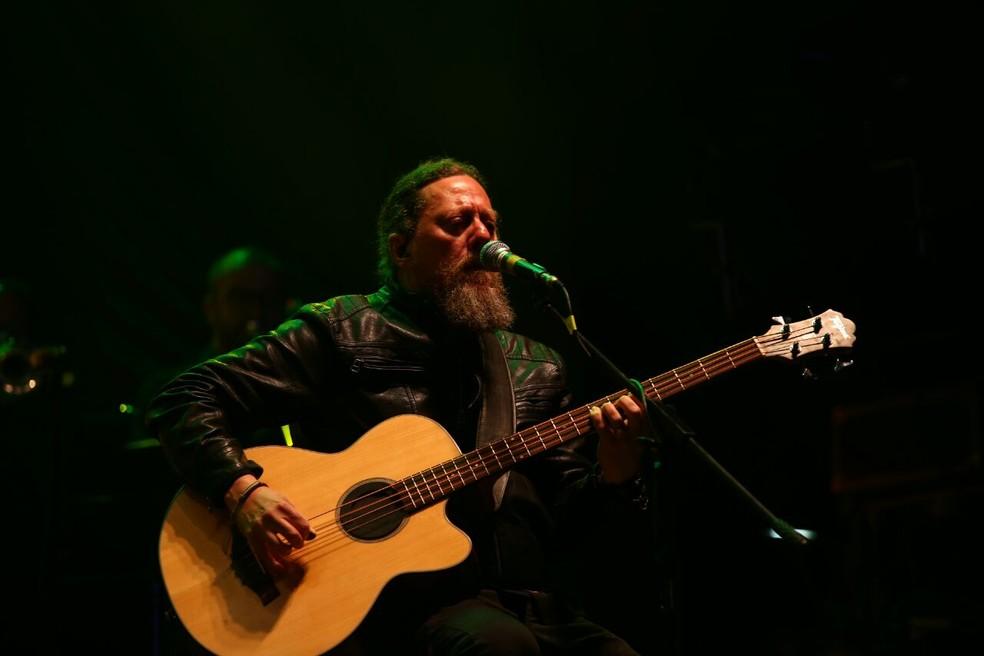 Baixista Canisso, um dos dois remanescentes da formação original da banda (Foto: Laércio Lacerda)