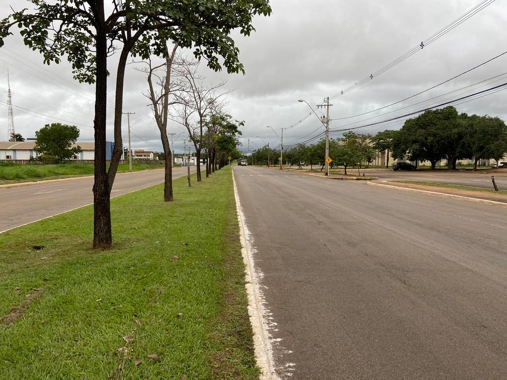 PALMAS - Avenida NS-02 no centro da cidade sem trânsito por volta das 16h desta quinta-feira (26) — Foto: Fernando Ozzie/TV Anhanguera