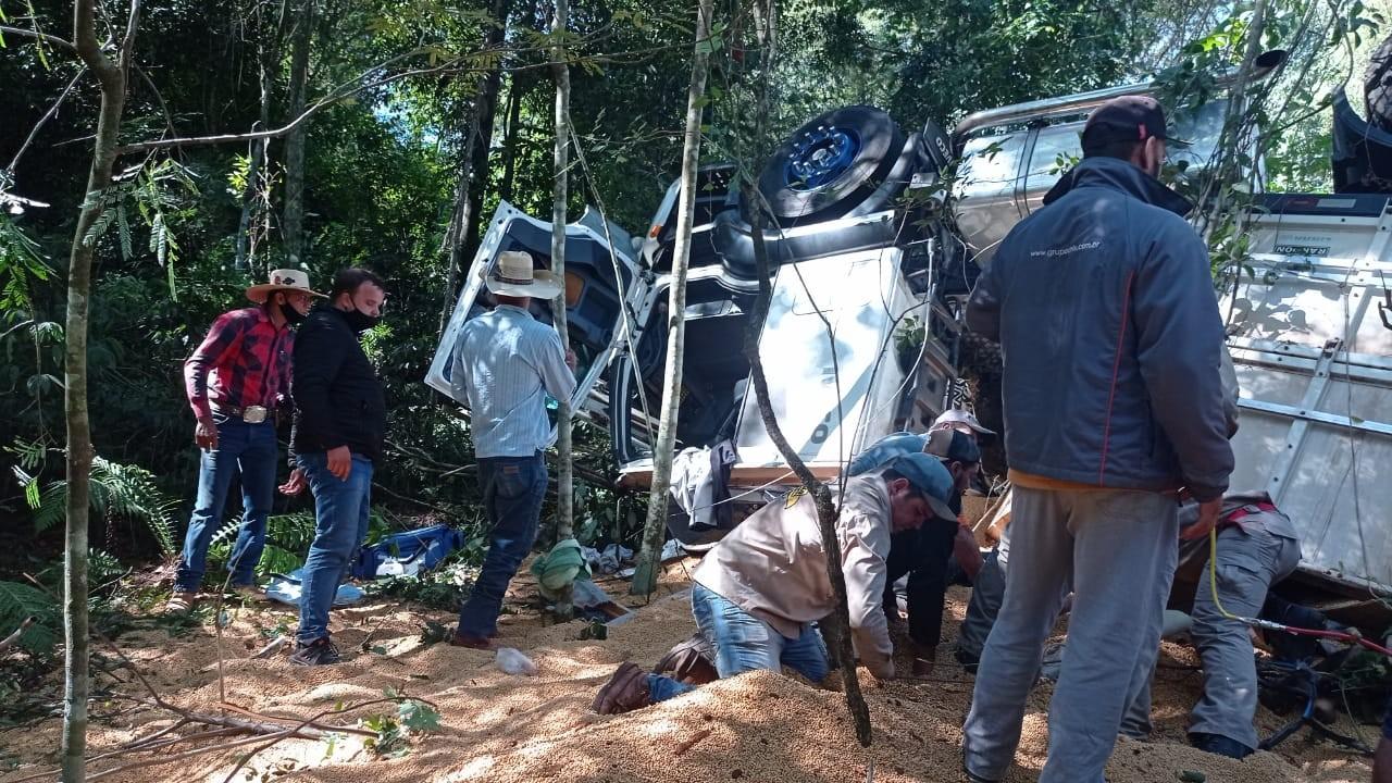 Dois morrem e um fica ferido após caminhão tombar às margens da PR-317