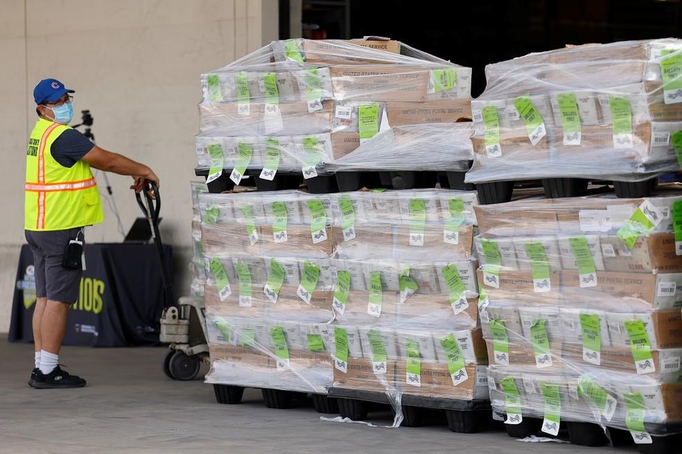 Caixas com milhões de votos enviados por correio na Califórnia para as eleições presidenciais dos EUA, em foto de 5 de outubro — Foto: Mike Blake/Reuters