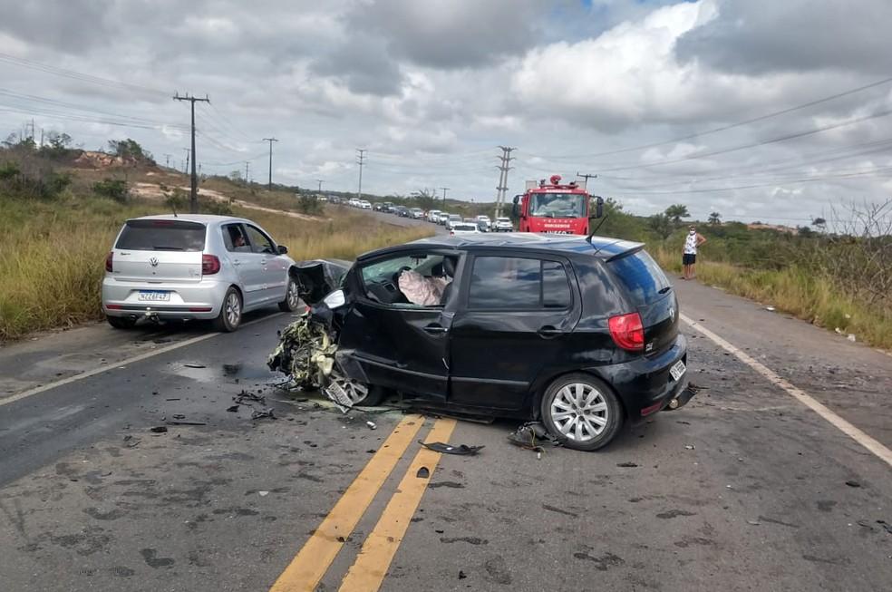Veículos colidiram frontalmente e duas pessoas morreram no acidente — Foto: Reprodução/Redes Sociais