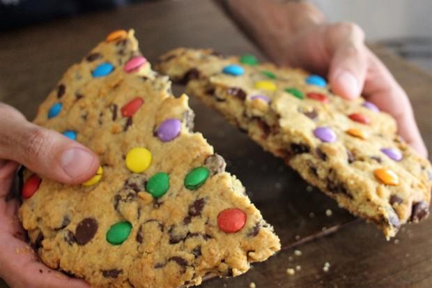 Receita de cookie gigante com gotas de chocolate (Foto: Divulgação )
