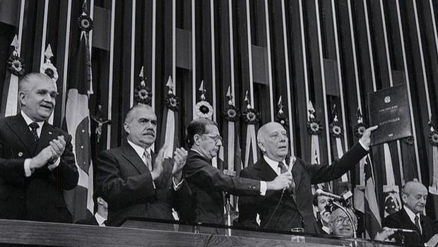 No aniversário de 30 anos da Constituição, o conjunto de leis mais importantes do Brasil virou alvo das duas principais candidaturas à Presidência; Fernando Haddad e o vice de Bolsonaro defenderam fazer uma nova Carta Magna (Foto: SENADO)