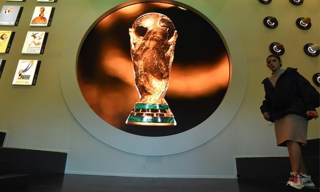 Imagem da taça da Copa do Mundo exposta em museu de Moscou, na Rússia