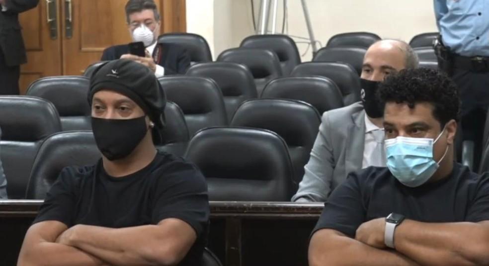 Ronaldinho Gaúcho e Assis durante audiência — Foto: Divulgação