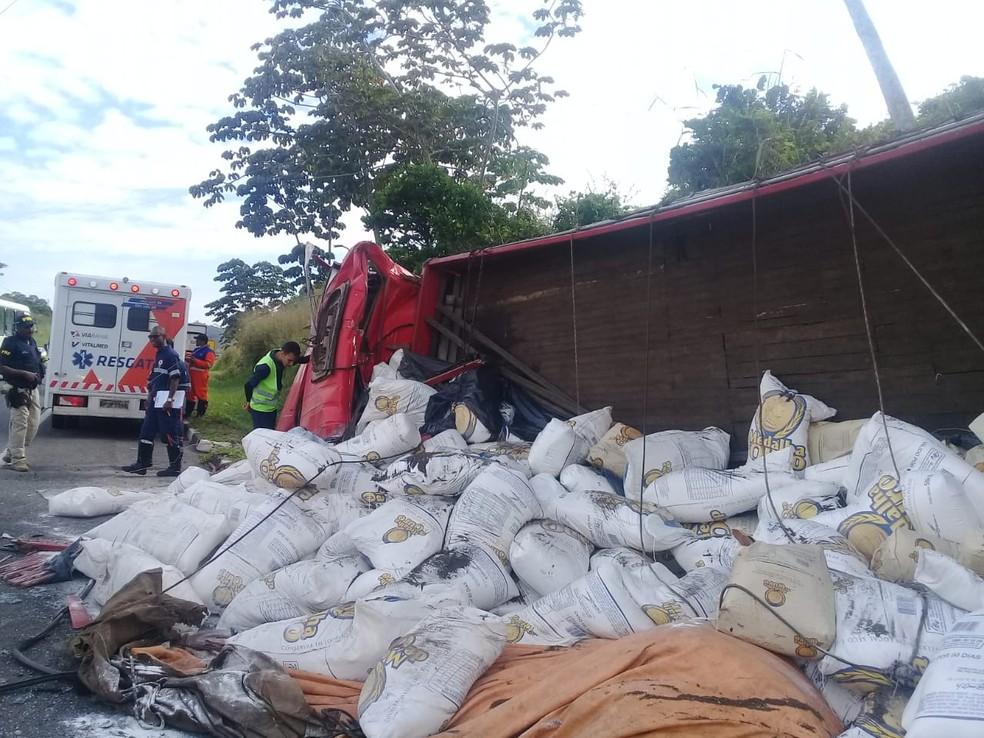 Conforme a ViaBahia, concessionária que administra a rodovia, o acidente ocorreu no Km-596, sentido Feira de Santana, cidade a cerca de 100 quilômetros da capital baiana, por volta das 8h.  â?? Foto: Cid Vaz / TV Bahia