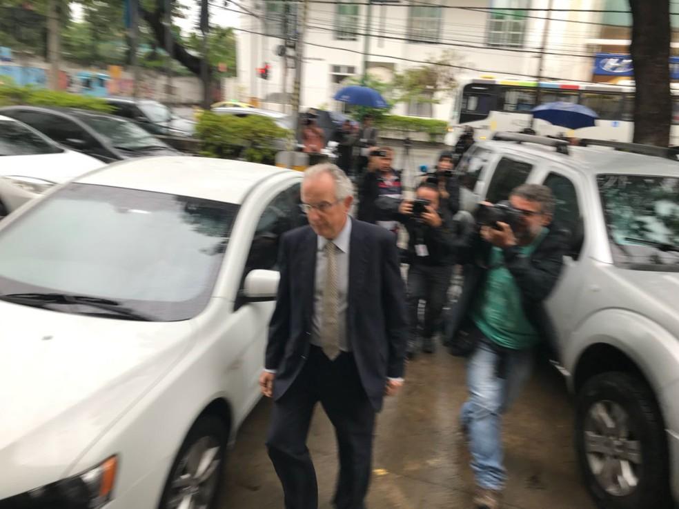 O cônsul da Espanha, Manuel Salazar, chega à delegacia que investiga morte de espanhola na Rocinha (Foto: Henrique Coelho/G1)