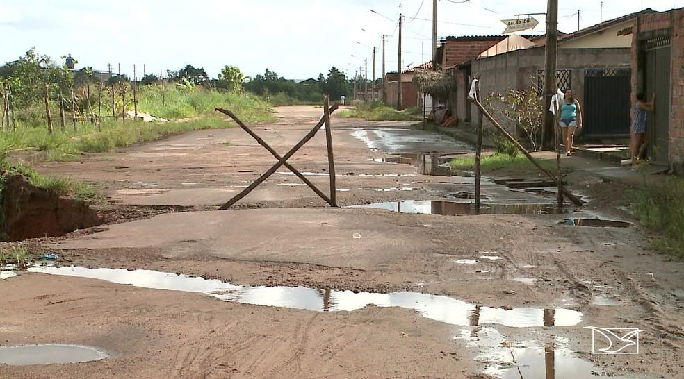 Pedaços de madeira foram colocados para alertar motoristas e pedestres sobre o risco da via. — Foto: Reprodução/TV Mirante
