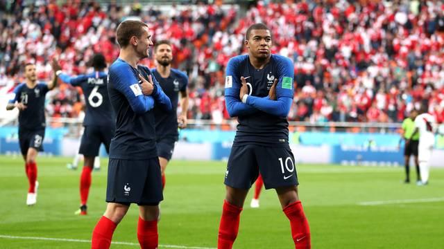 Mbappé comemora gol da França contra o Peru