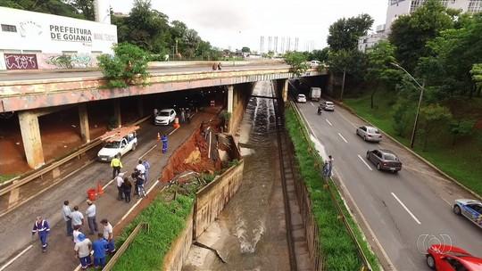 Marginal Botafogo é totalmente interditada após trechos das pistas desmoronarem com a chuva, em Goiânia