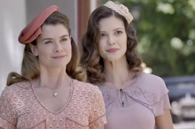 Alinne Moraes e Vitória Strada em cena de 'Espelho da vida' (Foto: TV Globo)