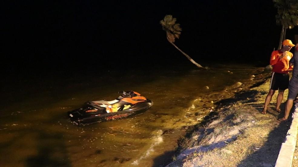 Jovem caiu nas águas da Lagoa do Portinho, no litoral do Piauí, após acidente com moto aquática — Foto: Tiago Mendes/ TV Clube