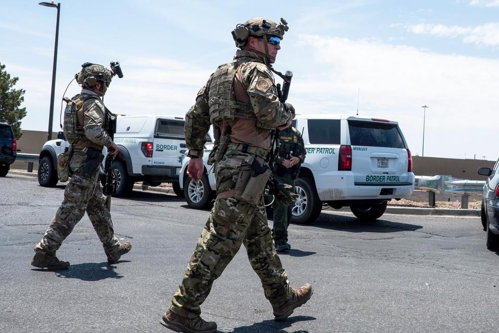Forças de segurança respondem aos tiros no centro comercial em El Paso, no Texas, neste sábado (3). — Foto: Joel Angel Juarez / AFP