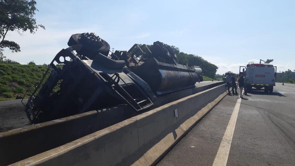 Caminhão carregado com combustível ficou tombado no canteiro central da rodovia, em Mogi Mirim — Foto: Jonatan Morel/EPTV