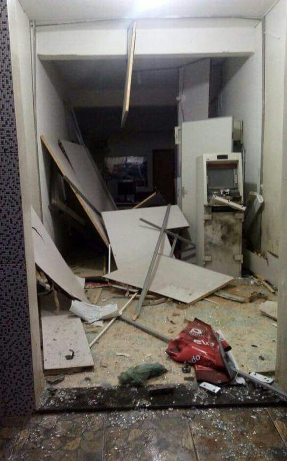 Cenário de destruição após a explosão do caixa eletrônico em Capitão Andrade (MG) (Foto: Jhonatas Daher/Arquivo Pessoal)