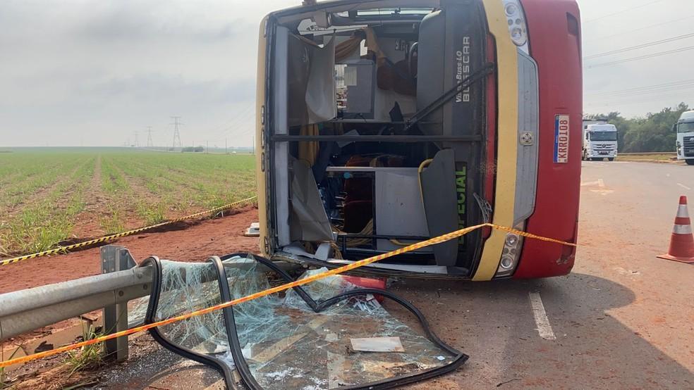 Ônibus tombou e um dos funcionários morreu após o acidente em Lençóis Paulista — Foto: Gabriela Prado/Tv Tem