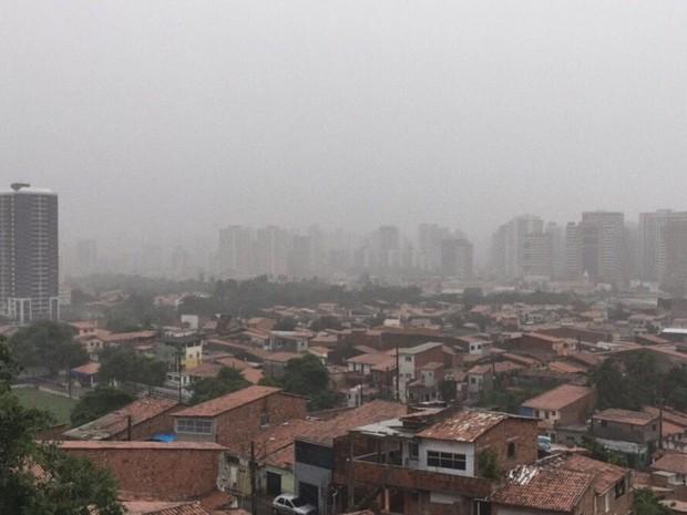 Fortaleza chuvosa e nublada vista do Morro Santa Terezinha, no Mucuripe (Foto: Wânyffer Monteiro/TV Verdes Mares)