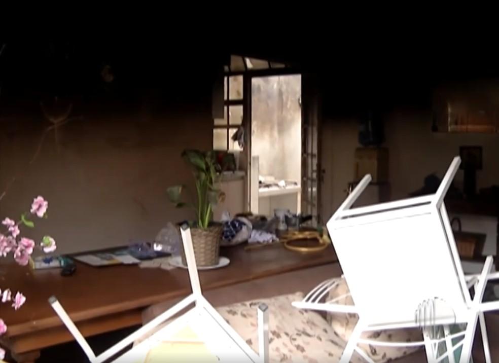 Casa em que as crianças vivia, em Poá, foi destruída pelo fogo — Foto: Reprodução/TV Diário