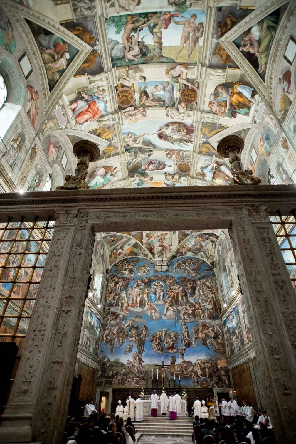 7 de janeiro - A Capela Sistina recebe missa celebrada pelo Papa Francisco para batizar 34 bebês no Vaticano (Foto: L'Osservatore Romano via AP)