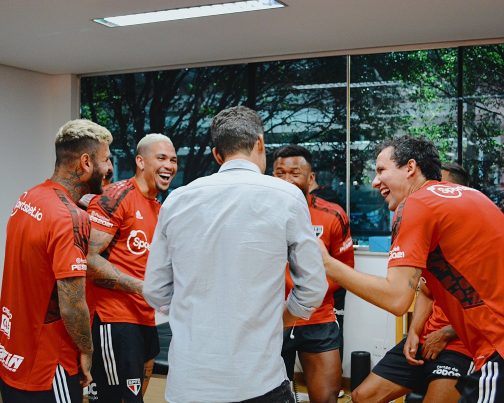 Hernanes conversa com jogadores do São Paulo — Foto: Fellipe Lucena / saopaulofc
