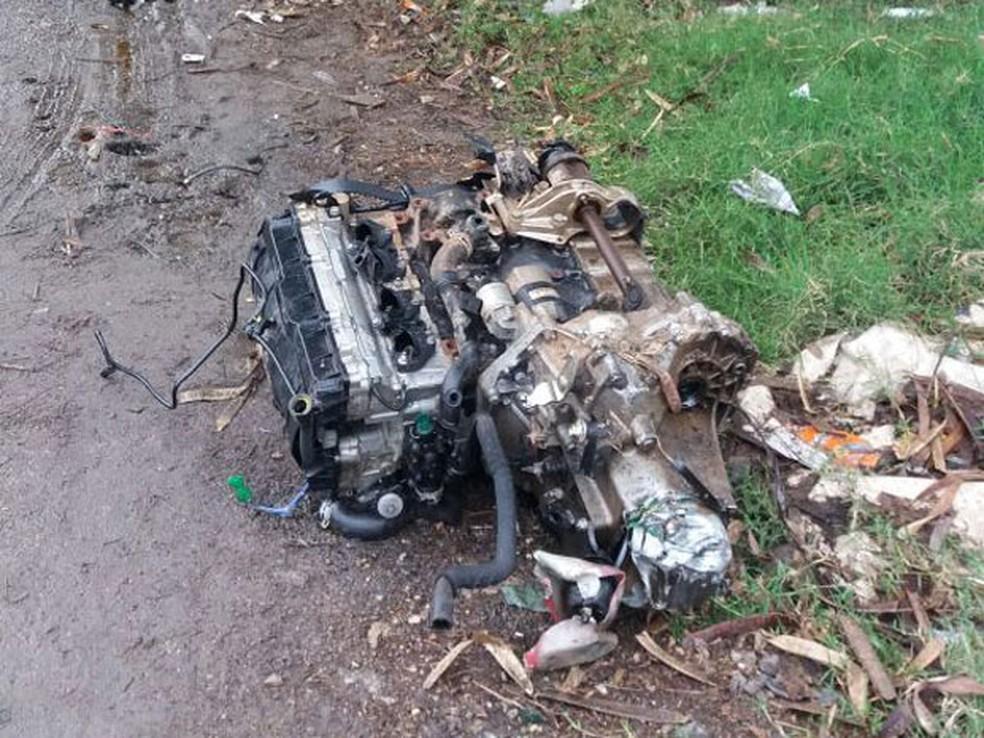 Com impacto de carro com poste em Guarulhos, motor foi arremessado distante do veículo (Foto: Divulgação/Polícia Rodoviária Federal)