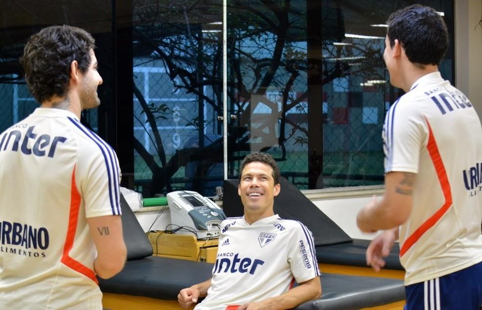 Pato, Hernanes e Pablo conversam no Reffis do São Paulo — Foto: Érico Leonan/saopaulofc.net