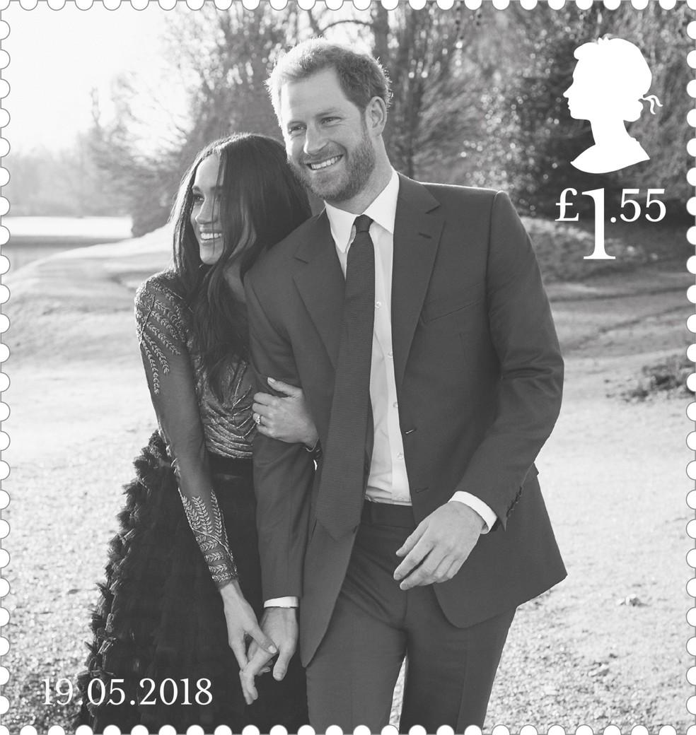 Imagem divulgada pelo correio britânico de selo comemorativo do casamento real mostra foto oficial do noivado do príncipe Harry e Meghan Markle, feita por Alexi Lubomirski na Frogomore House, em Windsor (Foto: HO/Royal Mail/AFP)