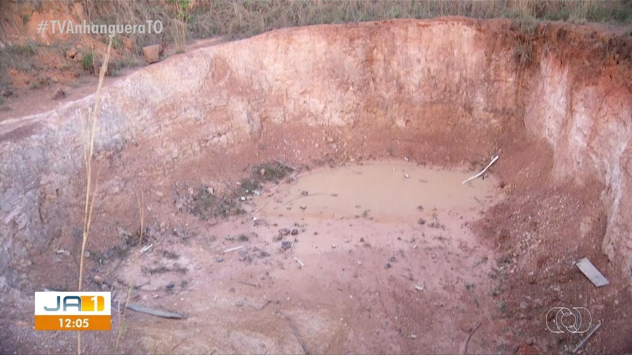 Cratera ao lado de escola municipal deixa pais de alunos preocupados com a segurança das crianças - Notícias - Plantão Diário