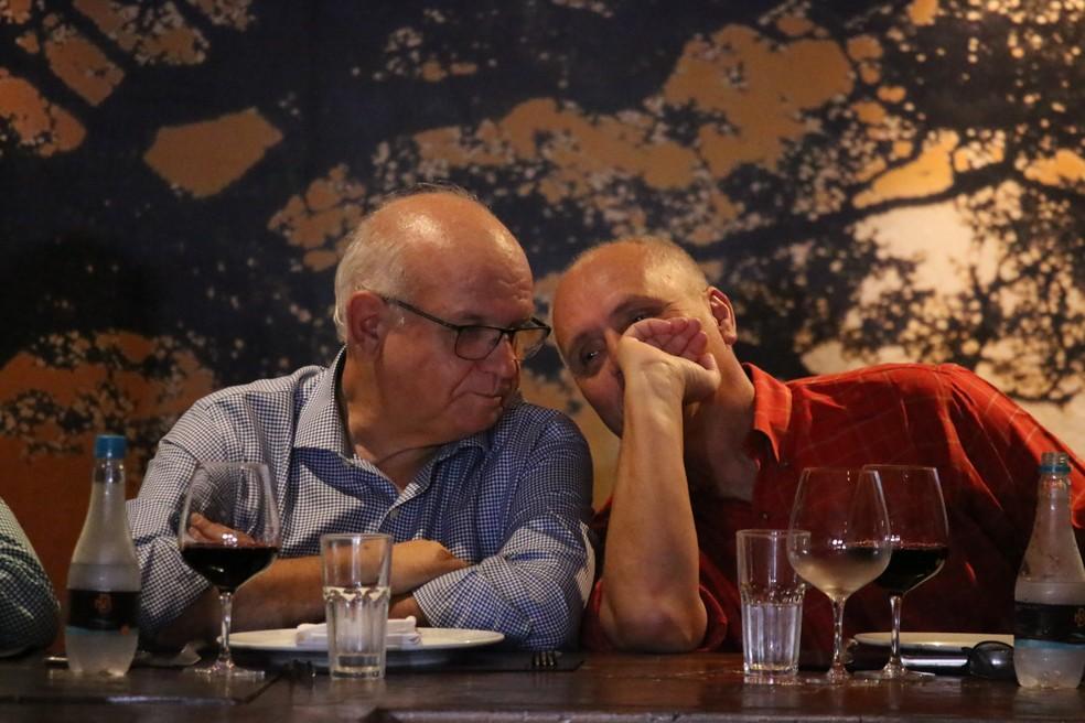 Romildo Bolzan e Marcelo Medeiros no jantar antes do Gre-Nal da Libertadores — Foto: Lucas Bubols/GloboEsporte.com