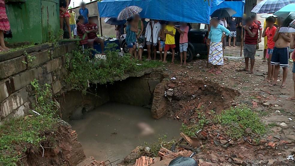 Corpo foi encontrado em buraco próximo a bueiro na região da Avenida Ferreira Gullar, em São Luís — Foto: TV Mirante