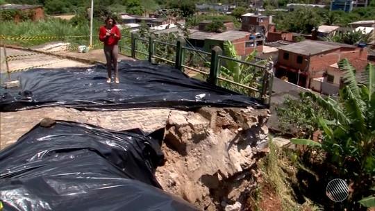 Encosta desliza sobre casas após forte chuva e cinco famílias ficam desabrigadas em Ilhéus; avenida é interditada
