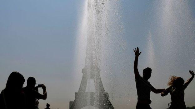 Em muitos países da Europa, os chafarizes são um convite para se refrescar (Foto: AFP via BBC)