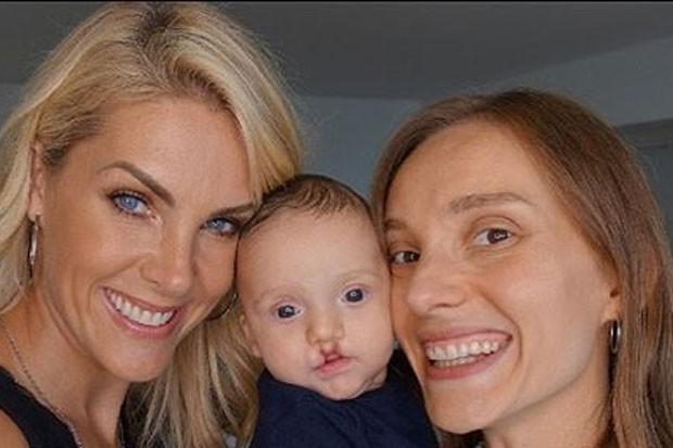 Ana Hickmann com o sobrinho e irmã (Foto: Reprodução)